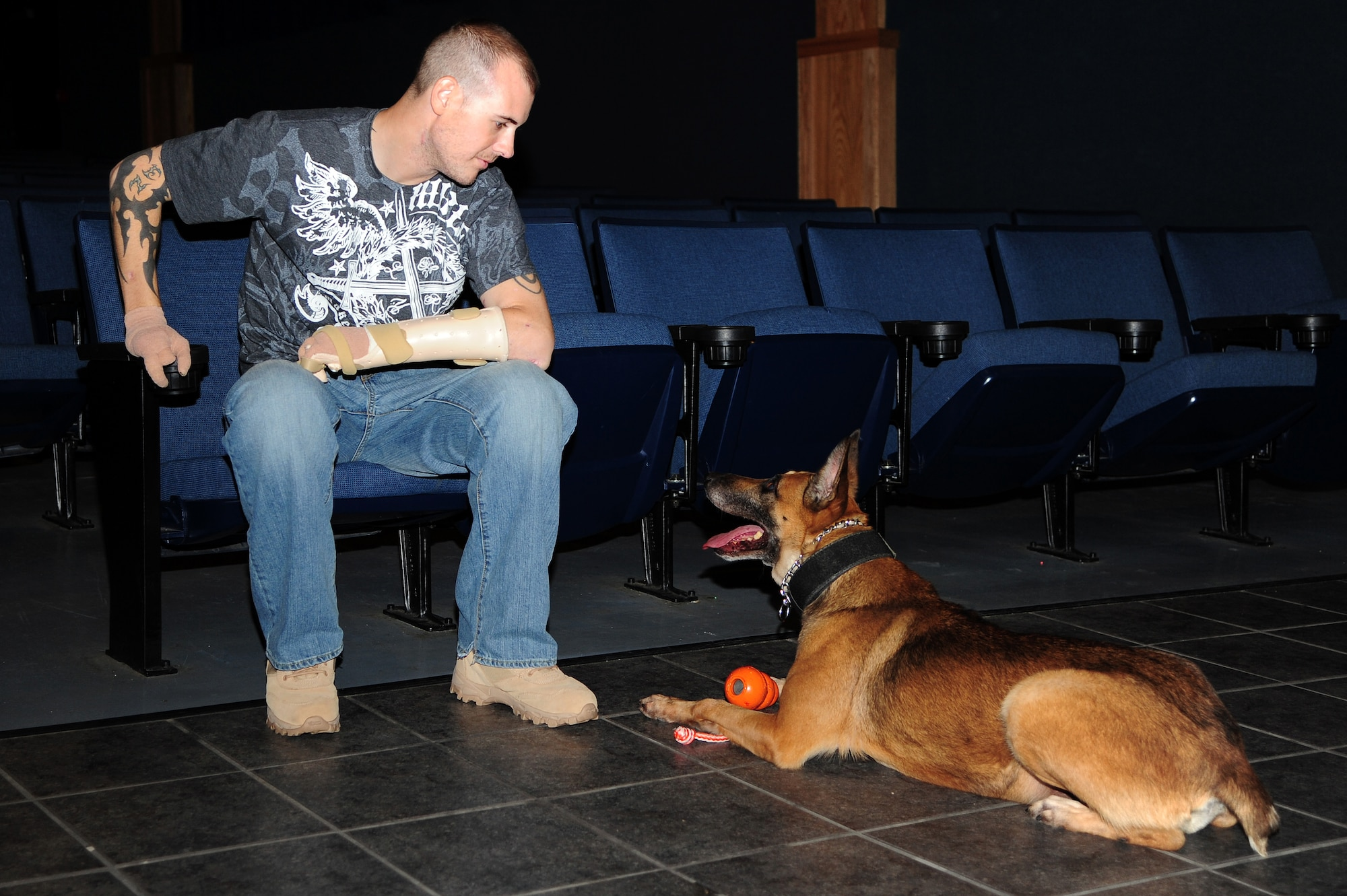 Tech Sgt. Leonard Anderson and his service dog, Azza, after returning home to Alaska in 2012. (U.S. Air Force photo/Airman 1st Class Zachary Perras)