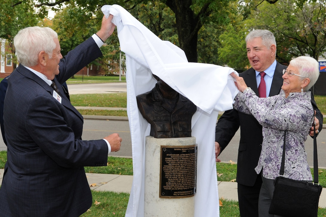 Retired Gen. Arthur Lichte, left, assists former Air Force Chief of Staff Gen. Ronald R. Fogleman and his wife, Miss Jane, as they unveil Fogleman's bust during a ceremony at the Airlift/Tanker Association's Walk of Fame Oct. 9, 2014, at Scott Air Force Base, Ill. Fogleman once served as the dual-hatted commander for both U.S. Transportation Command and Air Mobility Command, and was the Air Force chief of staff before retiring after a 34-year career in 1997. Litchte was also a former AMC commander, Air Force vice chief of staff and former president of the A/TA. (U.S. Air Force photo/Senior Airman Tristin English)