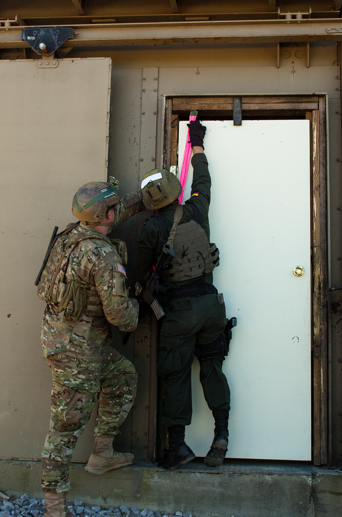 A U.S. Army Green Beret left coaches a member of the Colombian Compañía Jungla : door breaching charge - pezcame.com
