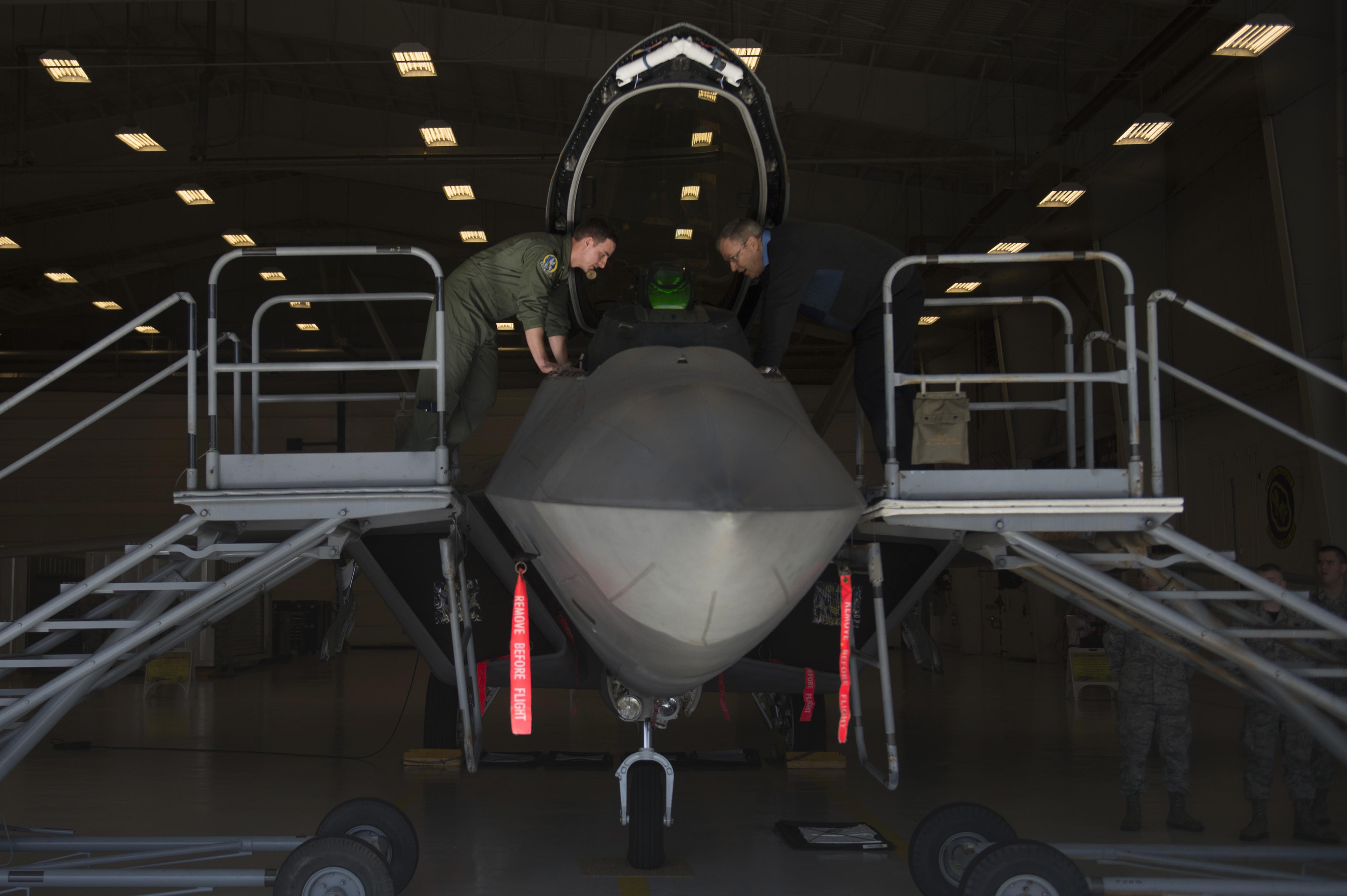 An airman shows Deputy Defense Secretary Bob Work the