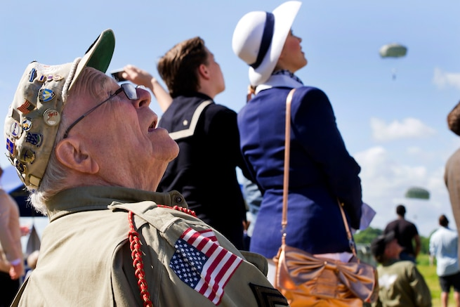u s department of > photos > photo essays > essay view george shenkle world war ii veteran and former u s ier reacts as u s iers