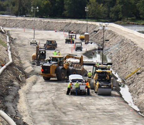 At Lockport Lock and Dam in Lockport, Illinois, contractors are working around the clock to build a 1,500-foot rollercompacted concrete wall as part of the final stage of Lockport's multi-year major rehabilitation project.