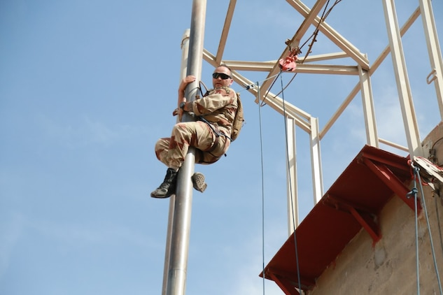 ARTA BEACH, Djibouti (Sept. 25, 2015) An instructor from the French 5th Overseas Combined Arms Regiment (RIAOM) demonstrates climbing techniques to U.S. Marines with the 15th Marine Expeditionary Unit during a desert survival course. Elements of the 15th MEU are training with the 5th RIAOM in Djibouti in order to improve interoperability between the MEU and the French military. (U.S. Marine Corps photo by Sgt. Steve H. Lopez/Released)