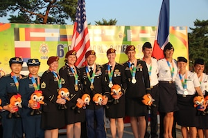 The U.S. Armed Forces Parachuting Team featuring the Army Golden Knights Parachuting Team win gold while setting the CISM World Record in Formation Sky Diving. From left to right: SFC Jennifer Davis; SFC Laura Davis; SFC Scott Janis (Videographer); SFC Angela Nichols; SFC Dannielle Woosely