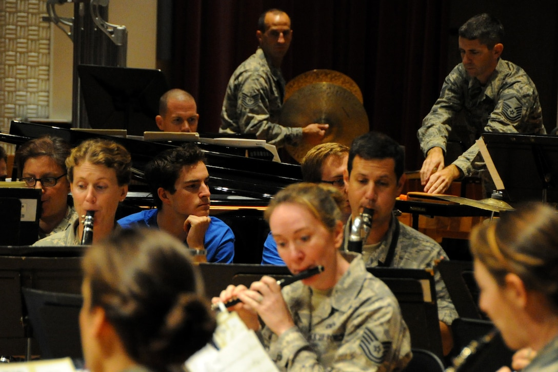 Students from Duke University watch the U.S. Air Force Concert Band rehearse