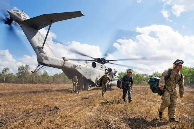 U.S., Australian and Chinese forces disembark a U.S. Marine Corps CH-53E Super Stallion helicopter for Exercise Kowari 2015 in the Northern Territory, Australia, Aug. 31, 2015. Australia hosts Kowari, a trilateral environmental survival training opportunity. The helicopter is assigned to U.S. Marine Heavy Helicopter Squadron 463, Marine Rotational Force Darwin. Australian forces photo by Lance Cpl. Kyle Genner