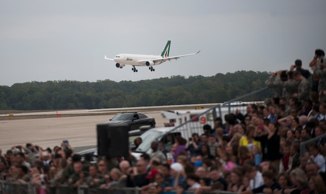 The pope's plane approaches the flightline of Joint Base Andrews, Md., Sept. 22, 2015. More than one thousand people were in attendance for the pope's arrival. (U.S Air Force photo/Airman 1st Class Philip Bryant)