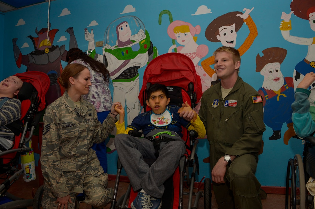 Members from the Texas Air National Guard pose with a child at the Fuerza Aerea de Chile Centro de Rehabilitacion Tantauco hospital in Santiago, Chile, March 31, 2016.  The Airmen are in Chile to participate in the 2016 FIDAE Air and Space Trade Show and spent some of their down-time visiting children in multiple hospitals.  (U.S. Air Force photo by Tech. Sgt. Heather Redman/Released)