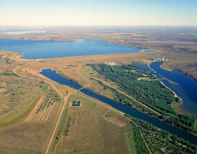 The Oahe Dam has a Visitor Center loacted on the eastern crest of thd dam. The visitor center provides an excellent view of Lake Oahe and the Missouri River. The center provides information about the history, exploration, early navigation, settlement and natural history of Lake Oahe and the Missouri River. Programs highlight construction of the dam, the Lewis & Clark Expedition and the fish of South Dakota.