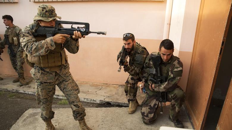 U S  Marines dive into French commando course > United