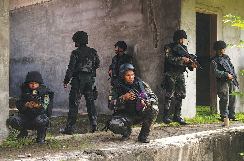 Philippine National Police members train with U.S. Army Special Forces.