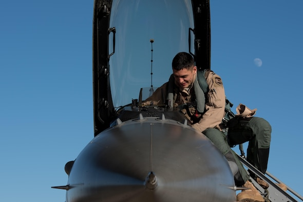 An F-16 Fighting Falcon pilot with the 134th Expeditionary Fighter Squadron removes exits his aircraft after arriving at the 407th Air Expeditionary Group, Southwest Asia, Dec. 10, 2016. The F-16 squadron is comprised of Airmen from the 158th Fighter Wing of the Vermont Air National Guard. (U.S. Air Force photo by Master Sgt. Benjamin Wilson)