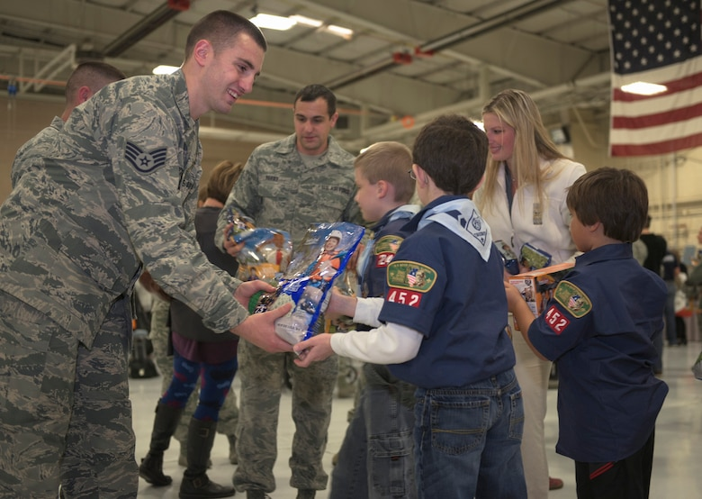 Boy Scouts from W.D. Boyce Council distribute donated popcorn to Airmen with 182nd Airlift Wing, Illinois Air National Guard, in Peoria, Ill., Dec. 3, 2016. The scouts' donation coincided with wing's annual holiday party. (U.S. Air National Guard photo by Tech. Sgt. Lealan Buehrer)