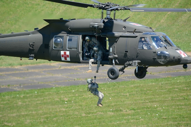 Flight crews from the 11th Theater Aviation Command conducted simulated medical evacuation training with soldiers from the 19th Engineer Battalion on Fort Knox, Ky., from Jun 27-29. (Photos by Kevin Coates / Fort Knox Visual Information)