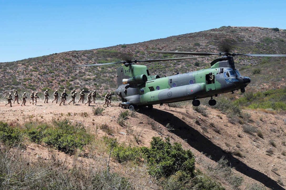 U.S. Marines and Canadian soldiers participate in insertion-and-extraction training with a Canadian air force CH-147F Chinook helicopter during Rim of the Pacific 2016 at Camp Pendleton, Calif., July 15, 2016. The Canadian soldiers are snipers, pathfinders and reconnaissance members assigned to the 2nd Battalion Royal 22nd Regiment. Canadian forces photo by Sgt Marc-André Gaudreault