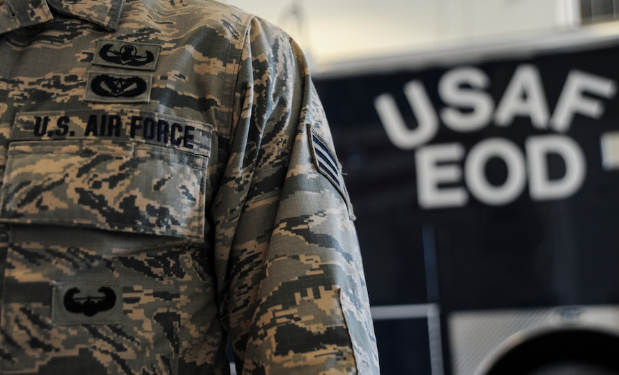 An explosive ordnance disposal team member assigned to the 509th Civil Engineer Squadron wears the air assault badge on his Airman Battle Uniform at Whiteman Air Force Base, Mo., June 21, 2016. Only Army and Air Force personnel are authorized to wear the badge upon graduating from the 10-day Army Air Assault School. (U.S. Air Force photo by Senior Airman Danielle Quilla)