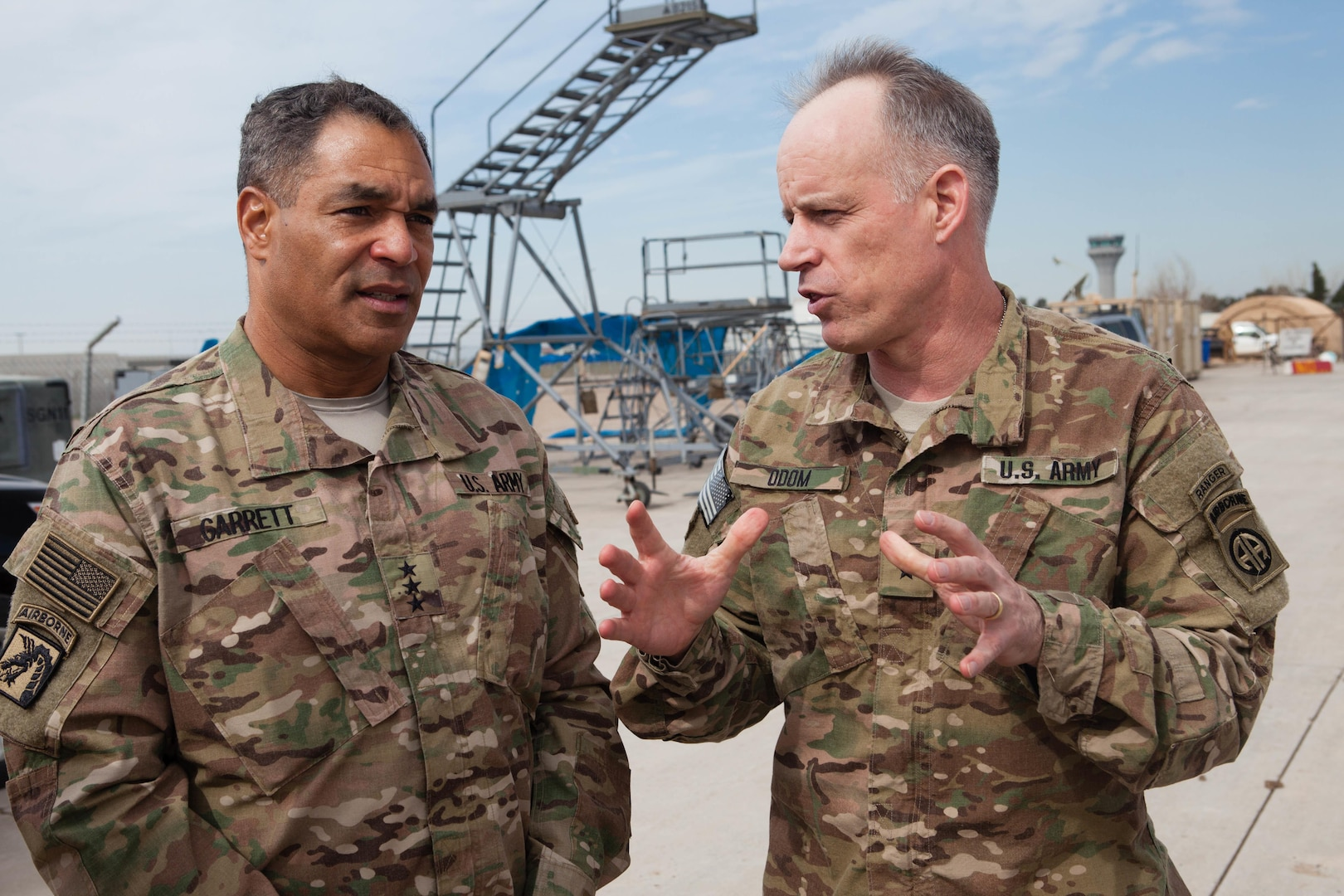 Lieutenant General Michael Garrett, left, U.S. Army Central commander, meets with Brigadier General Mark Odom, 82nd Airborne Division deputy commander for operations, during battlefield circulation of Iraqi area of operations in Erbil, Iraq, February 27, 2016 (U.S. Army/Jake Hamby)