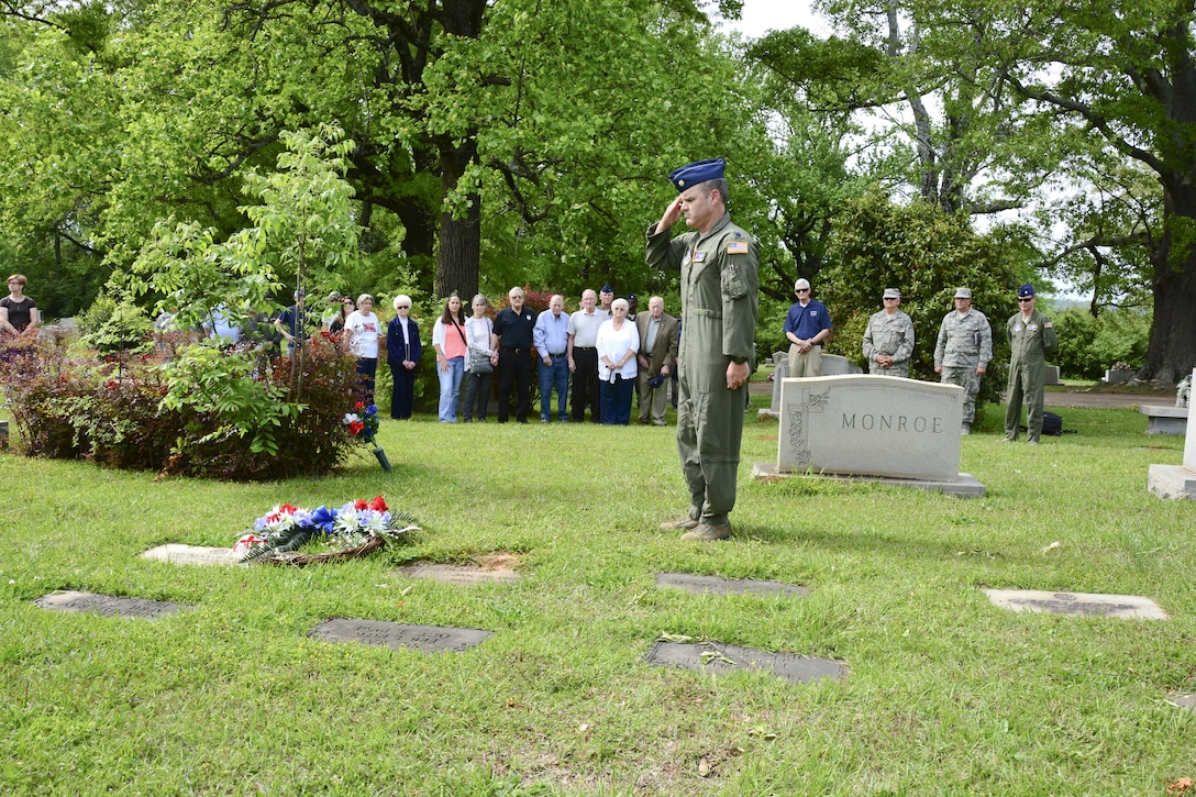 """Members from the 117th Air Refueling Wing conduct an annual ceremony at the gravesite of Thomas """"Pete"""" Ray as Lt. Col.Michael Metcalf laid a wreath in his honor. . (U.S. Air National Guard photo by: Senior Master Sgt. Ken Johnson/Released)"""