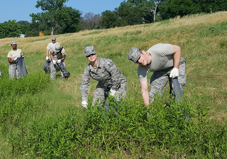 Texas Air National Guardsmen clean up Trinity River