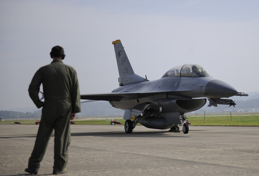 Capt. Matthew Alexander, 80th Fighter Squadron pilot, prepares his F-16 Fighting Falcon for a tow after landing at the Sacheon Airshow at Sacheon Base, Republic of Korea, Oct. 20, 2016. 7th Air Force provided both an F-16 and A-10 Thunderbolt II static display for the four-day airshow, showcasing U.S. Air Force capabilities to over 260,000 attendees. (U.S. Air Force photo by 1st Lt. Lauren Linscott/Released)