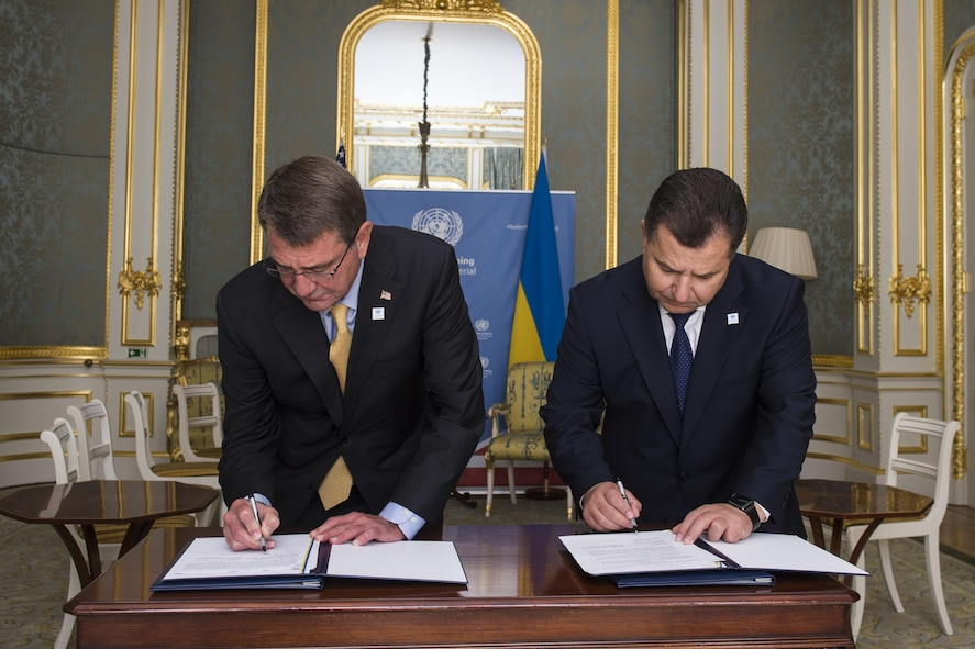 Defense Secretary Ash Carter and Ukrainian Defense Minister Stepan Poltorak sign a bilateral framework.