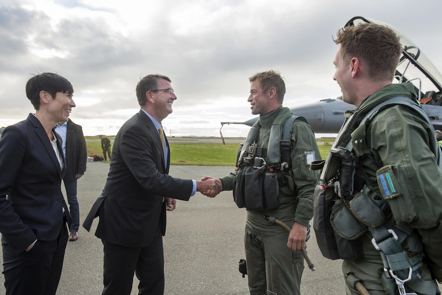 Defense Secretary Ash Carter, center left, and Norwegian Defense Minister Ine Eriksen Soreide thank the Norwegian F-16 Fighting Falcon pilots.