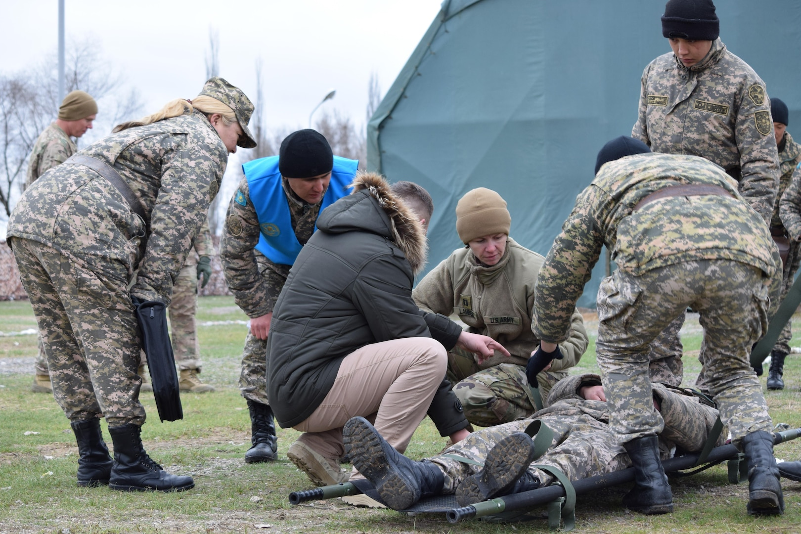 A U.S. Army Soldier with 31st Combat Support Hospital shows a Kazakhstani medic with the Kazakhstan Peacekeeping Battalion how to properly secure a patient in a litter during Steppe Eagle Koktem, Apr. 3, 2017 at Illisky Training Center, Kazakhstan.