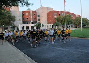 Military service members begin the 5K run Aug. 4 at the McNamara Headquarters Complex, led by DLA Director Army Lt. Gen. Darrell Williams (front, third from right) and DLA Senior Enlisted Leader Navy Command Master Chief Shaun Brahmsteadt (front, second from right).