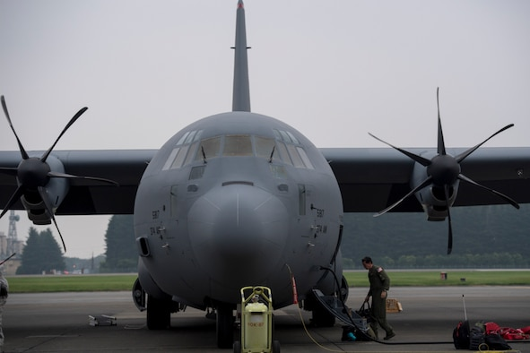 A U.S. Air Force member assigned to the 36th Airlift Squadron unloads luggage from a C-130J Super Hercules at Yokota Air Base, Japan, Aug. 10, 2017. This is the fourth C-130J delivered to Yokota AB from Lockheed Martin facility. The new C-130J is 81% quieter during takeoff, 14% faster, can travel 1,287 km further, and can carry 4,090 kg more than its predecessor, the C-130H Hercules. (U.S. Air Force photo by Yasuo Osakabe)