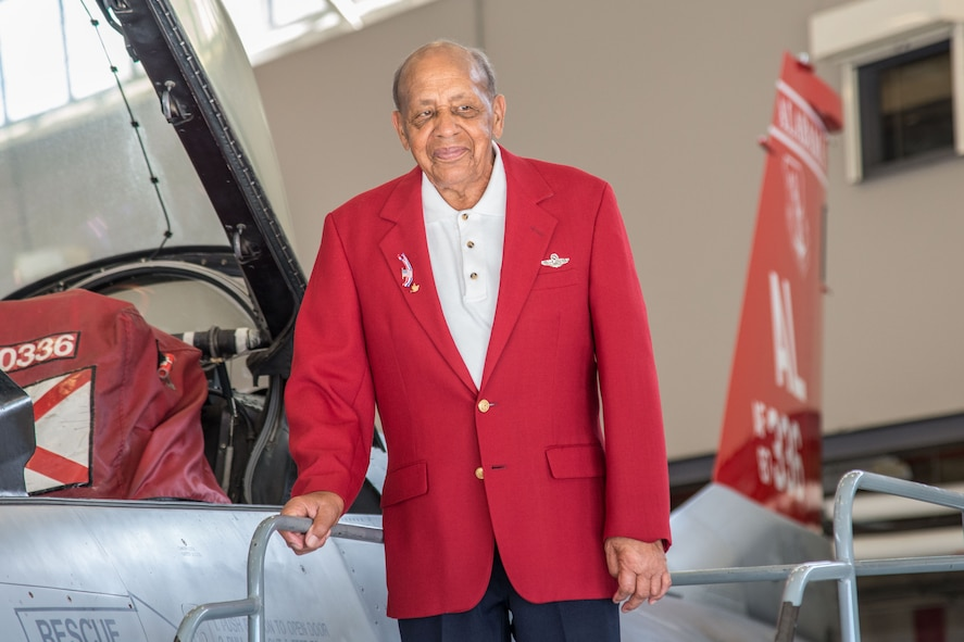 Tuskegee Airman visits Red Tails at the 187th