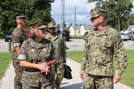 CAPT Smith, Commanding Officer of Field Medical Training Battalion-East, welcomes MCPON Giordano.