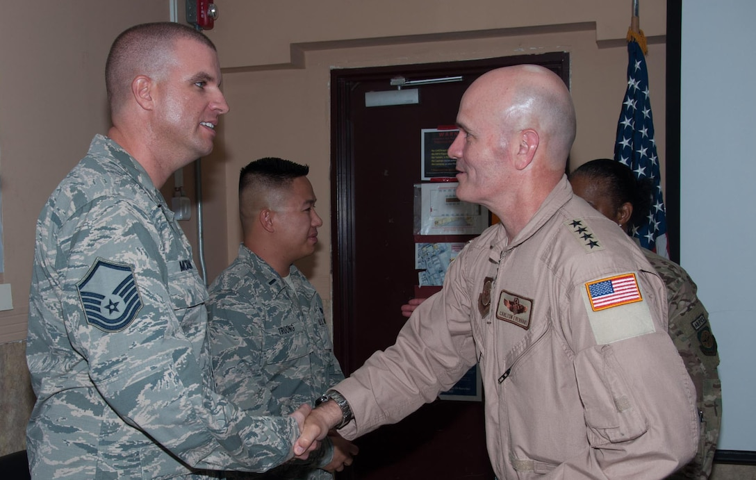 Airman shaking hands with Gen. Everhart