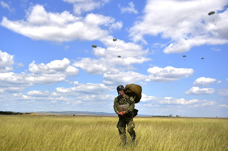 37th AS gives Romanian paratroopers a lift