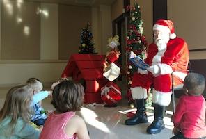 Santa reads to kids