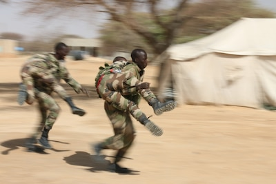 Nigerien soldiers practice buddy-carry techniques in a first aid class during Flintlock 2017 in Diffa, Niger.