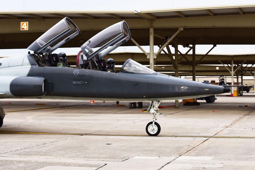 560th FTS Trains Navy Test Pilots