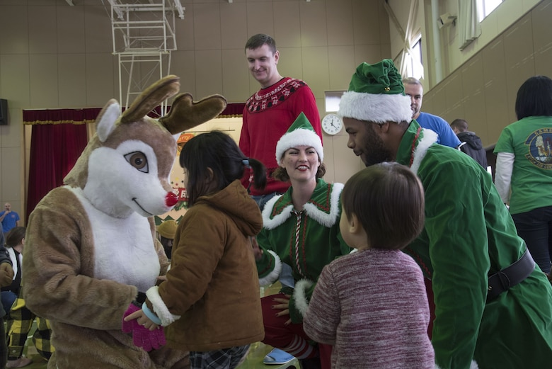 35th OG Airmen bring holiday cheer to Hirosaki orphanage