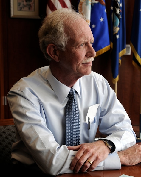 """Chesley """"Sully"""" Sullenberger, a graduate of the U.S. Air Force Academy, received the 2009 Col. James Jabara Award for Airmanship. (U.S. Air Force photo/)"""