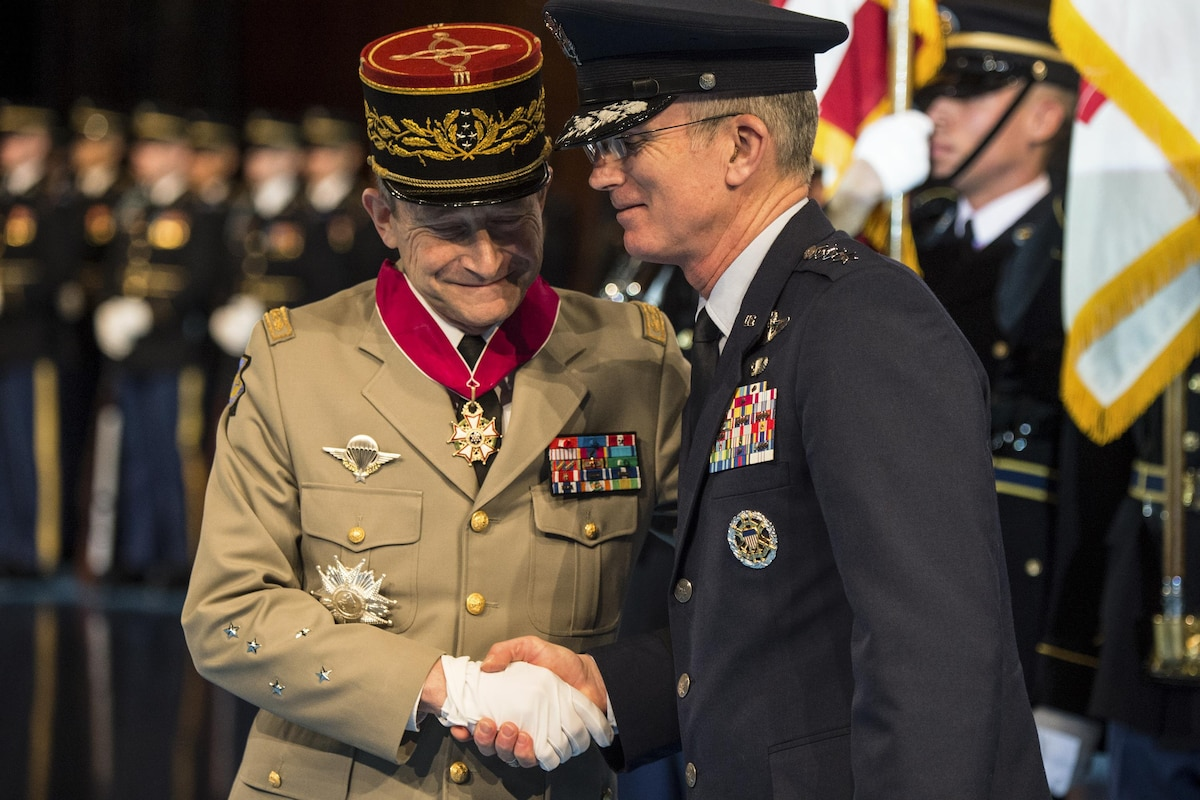 The vice chairman of the Joint Chiefs of Staff shakes hands with a French general.