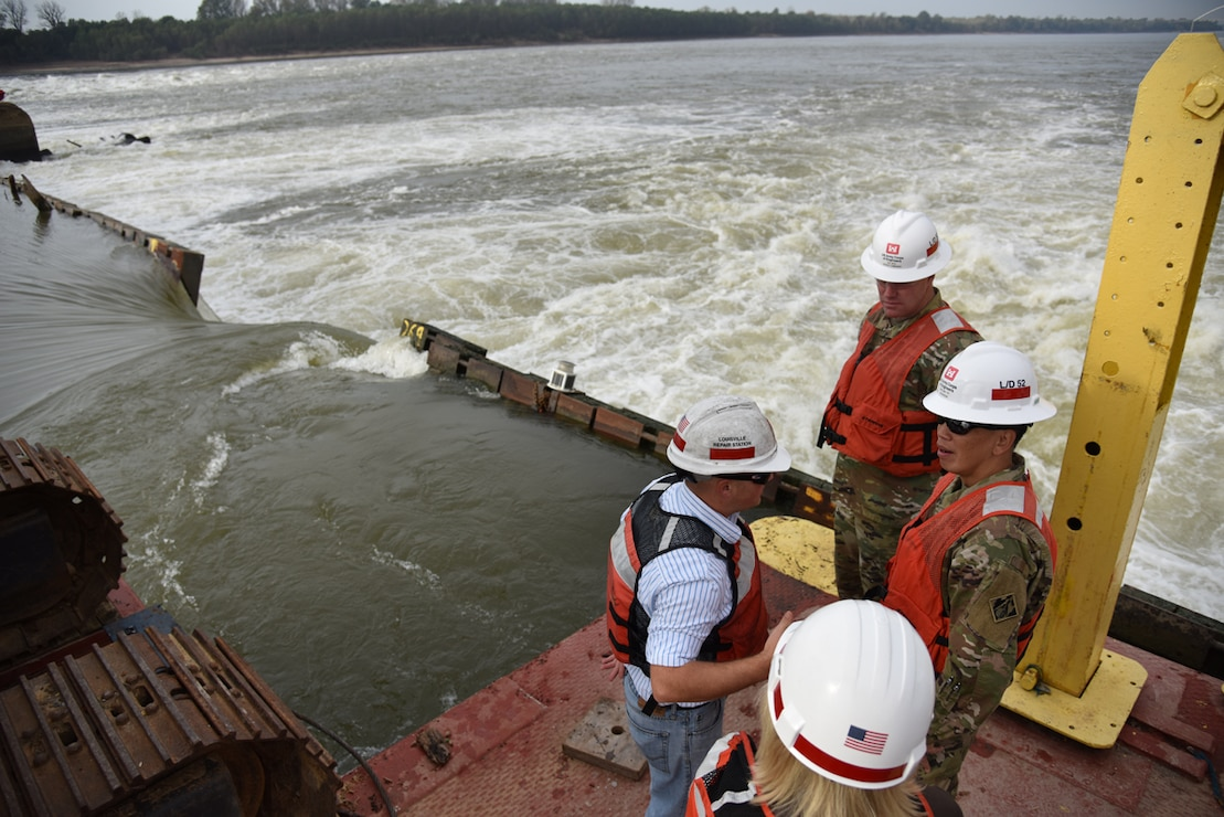 Brig. Gen. Toy receives a briefing on Lock and Dam 52.