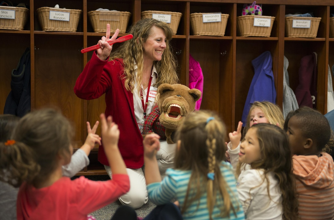 Monica Dunn tells children how long they should brush their teeth to ensure proper cleaning on Feb 10, 2017. (US Air Force Photo/ Sara Francis)