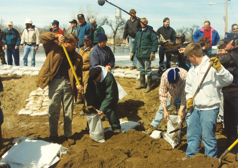 Vice President Al Gore fills a sandbag at Breckenridge, Minn., April 11, 1997. --St. Paul District File Photo