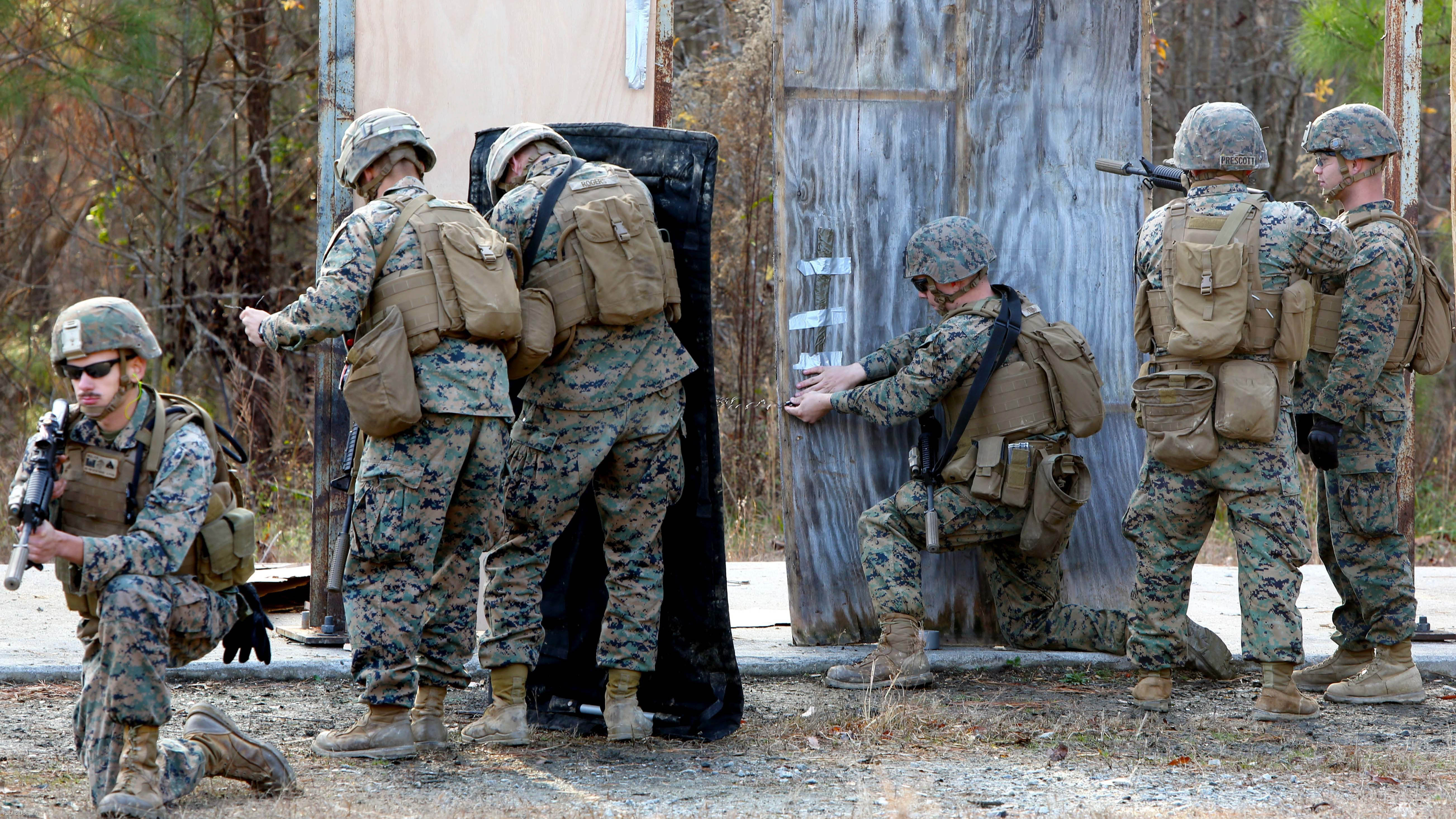 Marines place a detonation cord linear charge on a door for an urban assault breaching range & Marines.mil - Photos pezcame.com