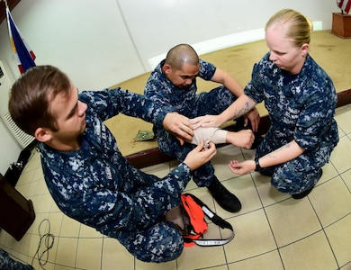 170620-N-QV906-054 CEBU, Philippines (June 20, 2017) Sailors attached to USS CORONADO (LCS 4) demonstrate life-saving skills during an Interactive Medical Engagement for Maritime Training Activity (MTA) Sama Sama 2017 CEBU, Philippines, June 20.  MTA Sama Sama is a bilateral maritime exercise between U.S. and Philippine naval forces and is designed to strengthen cooperation and interoperability between the nations' armed forces.  (U.S. Navy photo by Mass Communication Specialist 1st Class Micah Blechner/RELEASED)