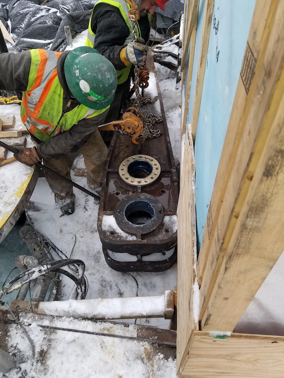 Installing lever arm for linkage assembly re-installation on the Poe Lock during Soo Locks 2017 winter work (U.S. Army Corps of Engineers, Detroit District Photo/Released).