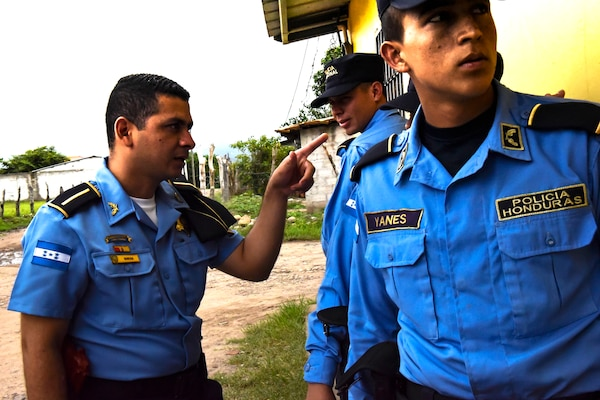 Officer 1st Class Gabriel Rivera (left), Honduran Municipal Police, coordinates tactics with his team prior to entering a room for clearing during a Subject Matter Expert Exchange with a team from Joint Security Forces at La Paz, Honduras, June 20, 2017. Participants had to practice communicating with their team members using commands and coordination as they approached the target together.