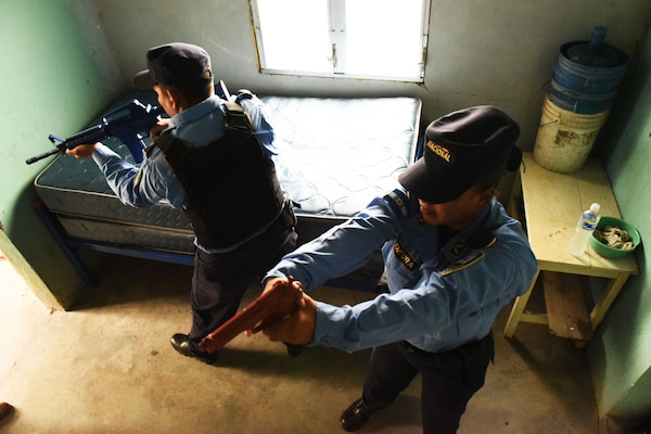 Honduran Police forces practice clearing rooms tactically during a Subject Matter Expert Exchange with Joint Security Forces Members from Joint Task Force-Bravo in La Paz, Honduras, June 20, 2017.
