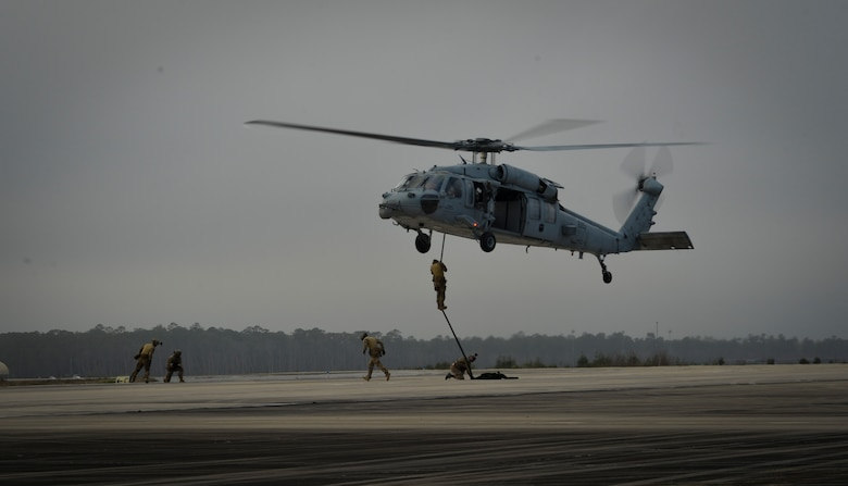 French Air Force special operations forces fast rope from a U.S. Navy MH-60S Seahawk while using the Fast Rope Insertion Extraction System during Emerald Warrior 17 March 1, 2017, at Hurlburt Field, Fla. Emerald Warrior is a U.S. Special Operations Command exercise during which joint special operations forces train to respond to various threats across the spectrum of conflict. (U.S. Air Force photo by Staff Sgt. Michael Battles)