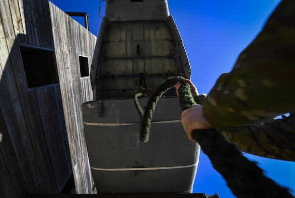 A Soldier with the 1st Battalion, 10th Special Forces Group, holds a rope in preparation for fast-rope training at Hurlburt Field, Fla., March 17, 2017. An instructor with the 1st Special Operations Support Squadron Operational Support Joint Office trained Soldiers on proper fast roping techniques for special operations missions. (U.S. Air Force photo by Airman 1st Class Joseph Pick)