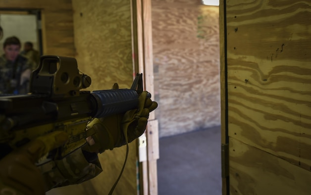 Soldiers with the 1st Battalion, 10th Special Forces Group, conduct close quarters battle training at Eglin Air Force Base, Fla., March 17, 2017. The 1st Special Operations Support Squadron Operational Support Joint Office facilitates Army, Navy and Marine special operations forces training with Air Force Special Operations Command aircraft to ensure global readiness. (U.S. Air Force photo by Airman 1st Class Joseph Pick)